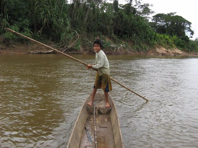 Un niño Tsimane en una canoa.