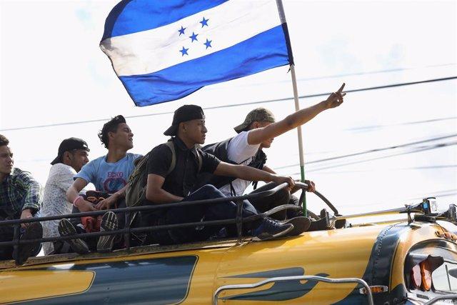 Archivo - Jóvenes con la bandera de Honduras