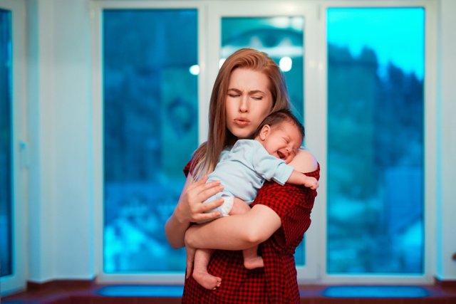 Archivo - Niña recien nacida en brazos de su madre.