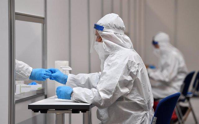 Trabajadores en un centro de pruebas de coronavirus en Alemania