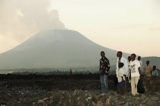 Archivo - Un grupo de congoleños frente al volcán Nyiragongo  cuando entró en erupción el 19 de febrero de 2005 en Goma
