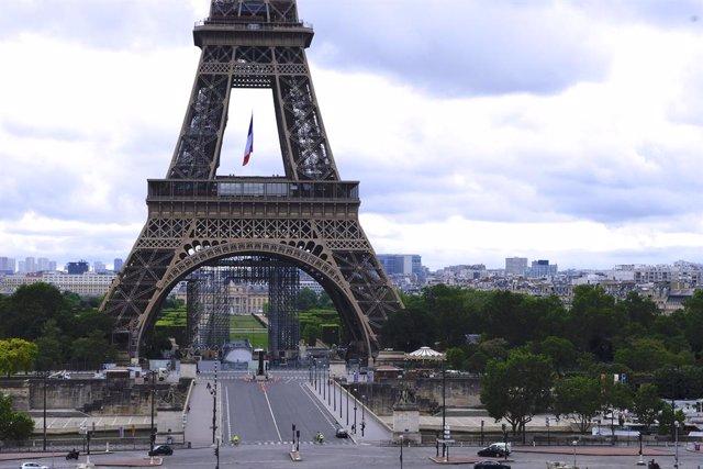 Archivo - Vista general de la torre Eiffel vacía durante el coronavirus.