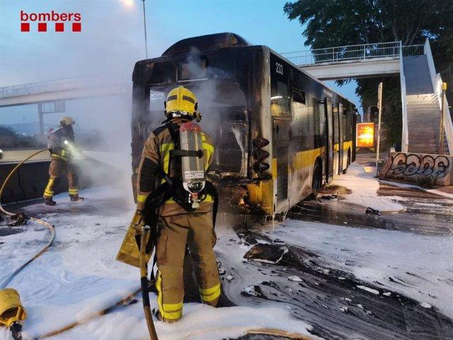 Un bomber sufoca les flames amb escuma de l'autobús que s'ha incendiat a la C-31.