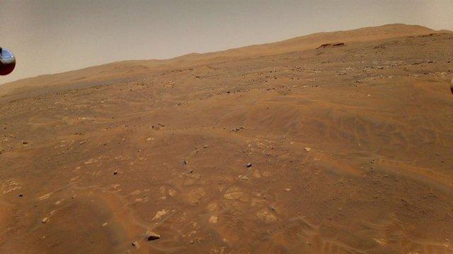 Esta imagen de Marte fue tomada desde la altura de 10 metros por el helicóptero Ingenuity durante su sexto vuelo el 22 de mayo.