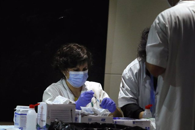 Profesionales sanitarias trabajan en un dispositivo de vacunación instalado en el estadio Camp Nou, a 27 de mayo de 2021, en Barcelona, Catalunya (España)