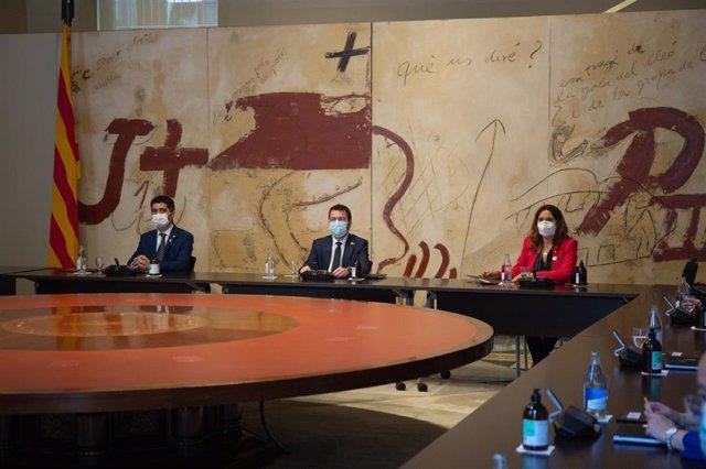 (E-D)  El vicepresident de la Generalitat, Jordi Puigneró; el president, Pere Aragonès, i la consellera de la Presidència, Laura Vilagrà, durant la primera reunió del Consell Executiu del Govern.