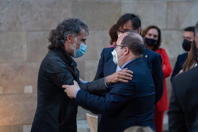 El president d'Òmnium Cultural (e), Jordi Cuixart, abraça el ministre de Política Territorial i Funció Pública i secretari del PSC, Miquel Iceta (d), durant la presa de possessió de Pere Aragonès com a president de la Generalitat.