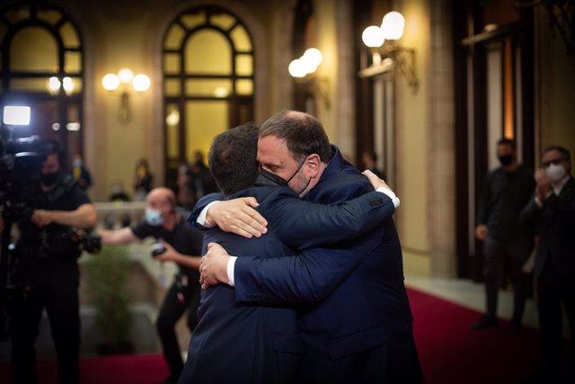 Arxiu - El nou president de la Generalitat, Pere Aragonès, i el líder d'ERC, Oriol Junqueras, s'abracen després de la investidura.