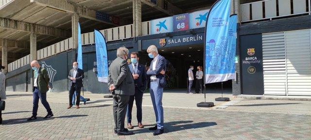 El president de la Generalitat, Pere Aragonès, al costat del conseller de Salut, Josep Maria Argimon, i el president del Col·legi Oficial de Metges de Barcelona (COMB), Jaume Padrós, durant la seva visita al punt de vacunació Sala Berlín-Camp Nou.