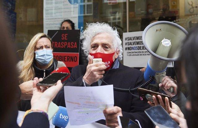 Archivo - El presidente de la Asociación Empresarial de Hostelería de Cantabria (AEHC), Ángel Cuevas, en un acto de protesta frente a la Consejería de Sanidad.