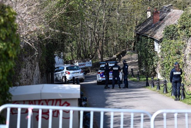 Archivo - 04 April 2021, France, Combs-la-Ville: Police officers cordoned off the area near the house of French businessman Bernard Tapie and his wife Dominique southeastern suburbs of Paris after they were assaulted by four men who entered their house be