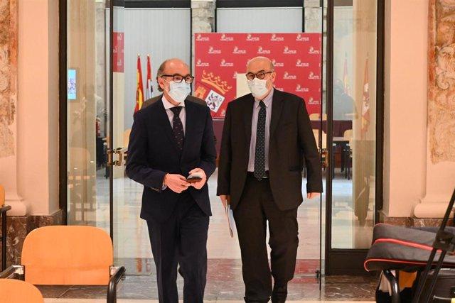 Javier Ortega (izquierda) acomapñado del director de la Fundación Siglo, Juan González-Posada.