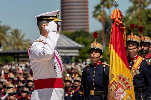 Archivo - los Reyes de España presiden la parada militar y el desfile con motivo del Día de las Fuerzas Armadas en Sevilla.