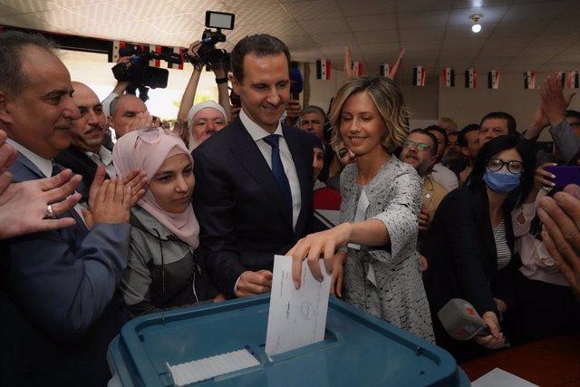 La primera dama de Siria, Asma al Assad, vota junto al presidente, Bashar al Assad, en las elecciones presidenciales