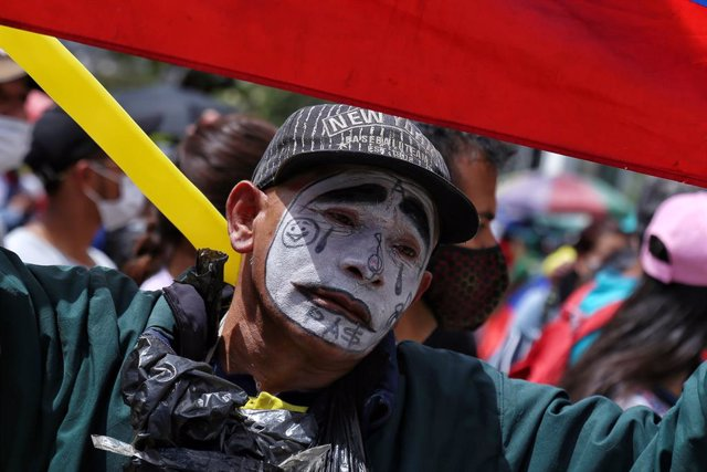 26 May 2021, Colombia, Bogota: A man with his face painted like a mime participates in a demonstration against the government of President Ivan Duque Marquez. Photo: Camila Díaz/colprensa/dpa