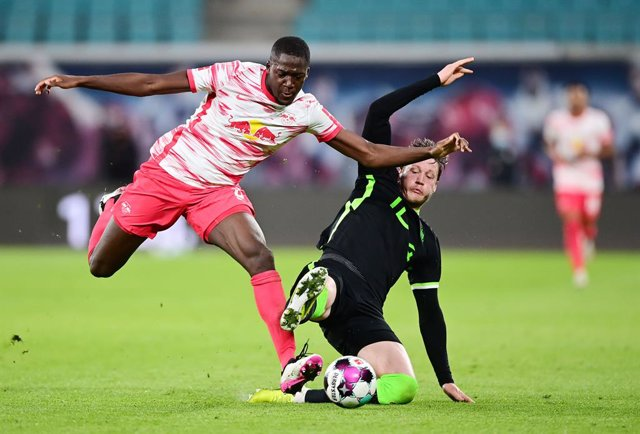 Ibrahima Konate of Leipzig and Wout Weghorst of Wolfsburg during the German championship Bundesliga football match between RB Leipzig and VfL Wolfsburg on May 16, 2021 at Red Bull Arena in Leipzig, Germany - Photo Valeria Witters / Witters / firo Sportpho