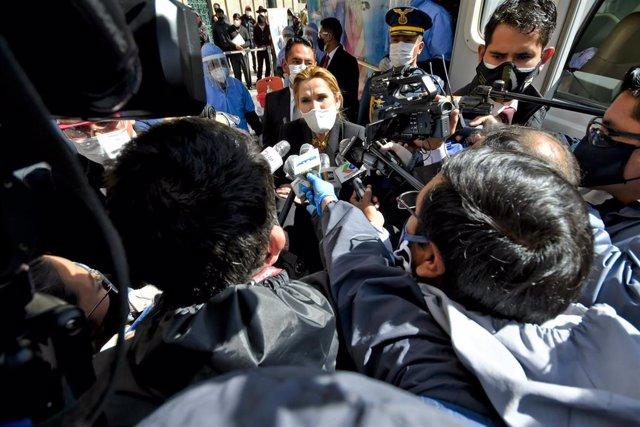 Archivo - La expresidente interina de Bolivia Jeanine Áñez declara ante los medios de comunicación.