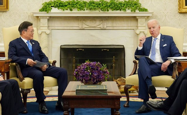 21 May 2021, US, Washington: USPresident Joe Biden (R) and South Korean President Moon Jae-in hold talks at the Oval Office of the White House. Photo: -/YNA/dpa