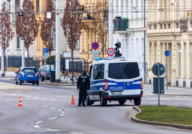 Archivo - 01 March 2021, Brandenburg, Cottbus: Police forces block Karl-Marx street during the defusing of a World War II bomb, part of downtown Cottbus was evacuated on Monday morning. Photo: Frank Hammerschmidt/dpa-Zentralbild/ZB