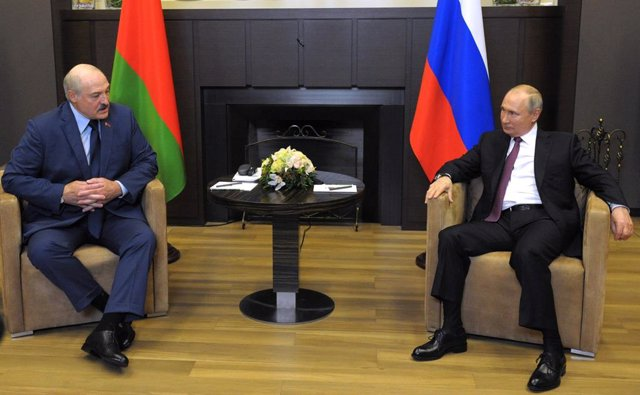 HANDOUT - 28 May 2021, Russia, Sochi: Russian President Vladimir Putin (R) meets with Belarusian President Alexander Lukashenko in Sochi. Photo: -/Kremlin/dpa - ATTENTION: editorial use only and only if the credit mentioned above is referenced in full