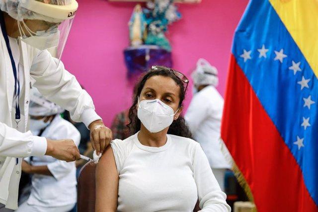 Archivo - 20 February 2021, Venezuela, Caracas: A woman receives a dose of the Russian COVID-19 vaccine Sputnik V in a public hospital. Photo: Jesus Vargas/dpa