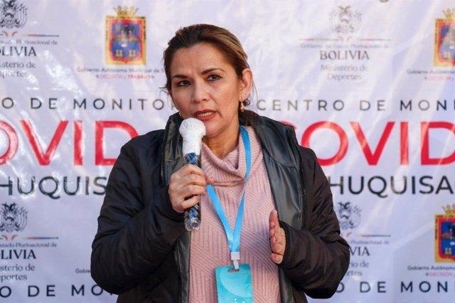 Archivo - La autoproclamada presidenta de Bolivia, Jeanine Áñez, con una tarjeta antivirus Virus Shut Out