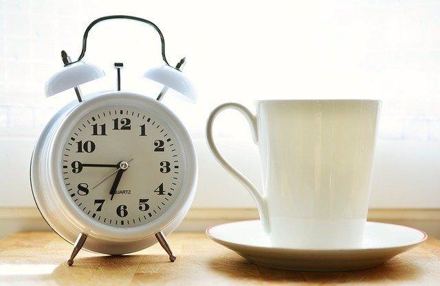 Despertador y taza de café.