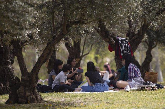 Archivo - Varias personas, sin mascarilla, en el Parque del Manzanares.