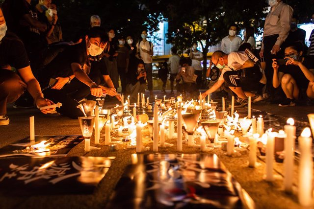 Archivo - 04 June 2020, China, Hong kong: Demonstrators light candles Candles in Victoria Park during a vigil to mark the 31st anniversary of the 1989 Tiananmen Square protests. Photo: Willie Siau/SOPA Images via ZUMA Wire/dpa