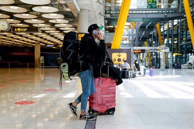 Un chico con el equipaje en la T4 del aeropuerto Adolfo Suárez, Madrid-Barajas durante el primer día laboral tras el estado de alarma, a 10 de mayo de 2021, en Madrid (España). Tras el fin del segundo estado de alarma, que tuvo lugar ayer domingo 9 de may