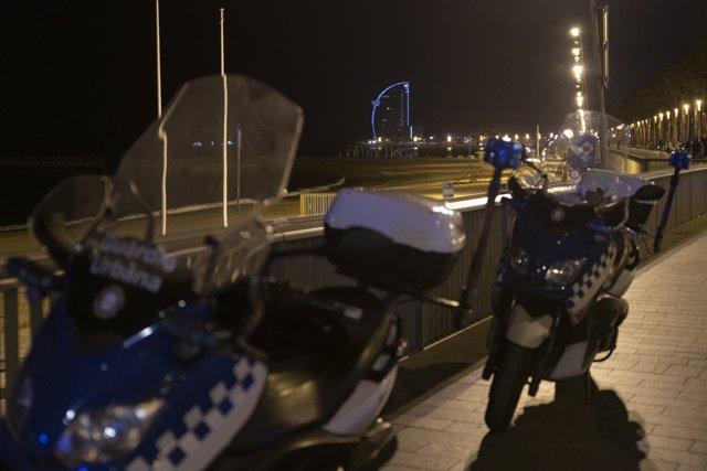 Dos motos de Policía aparcadas en la playa de la Barceloneta
