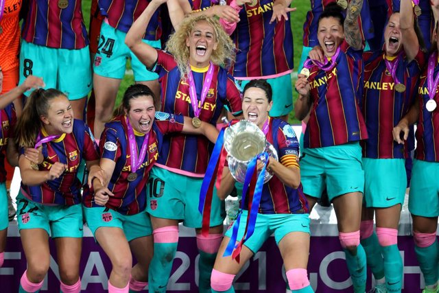 16 May 2021, Sweden, Gothenburg: Barcelona players celebrate victory with the championship's trophy after the end of the UEFA Women's Champions League final soccer match between Chelsea and Barcelona at Gamla Ullevi stadium. Photo: Adam Ihse/PA Wire/dpa