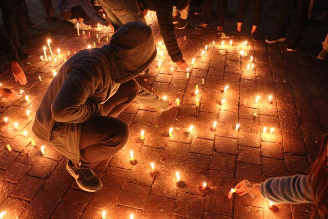Archivo - 31 March 2021, Nepal, Kathmandu: Nepalis activists light up candles as part of a mass pray calling for peace in Myanmar. Photo: Aryan Dhimal/ZUMA Wire/dpa
