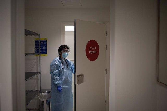 Archivo - Arxiu - Una professional sanitària vestida amb un Equip de Protecció Individual (EPI), a l'edifici Garbí-Vall d'Hebron, a Barcelona