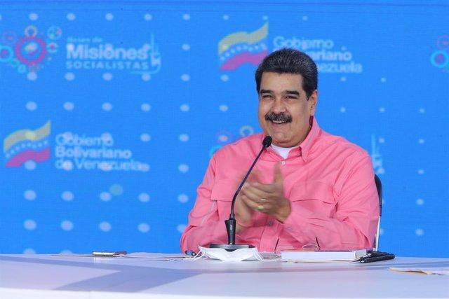"HANDOUT - 14 May 2021, Venezuela, Caracas: Venezuelan President Nicolas Maduro (M) claps during a press conference on an aid plan for what ""victims of the blockade against the Venezuelan people."" Photo: ---/Prensa Miraflores/dpa - ACHTUNG: Nur für Beziehe"