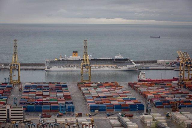 Archivo - Arxiu - Un creuer atracat al Port de Barcelona a l'abril del 2020 durant la pandèmia