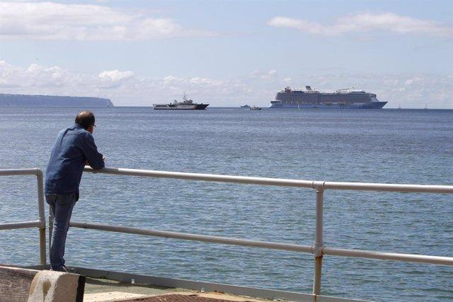Un hombre observa el crucero 'Odyssey of the Seas'