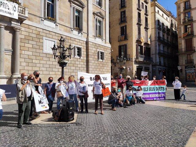 Concentració de Marea Blanca a la plaça Sant Jaume de Barcelona.
