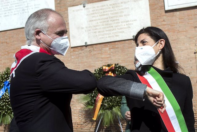 Archivo - 25 April 2020, Italy, Rome: Rome's Mayor Virginia Raggi (R) flanked by President of Rome's National Association of Italian Partisans (ANPI) Fabrizio De Sanctis wear a protective face mask while attending a ceremony for the 75th anniversary of It