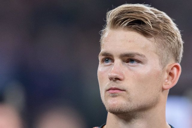 Archivo - FILED - 06 September 2019, Hamburg: Netherlands' Matthijs de Ligt is seen on the pitch prior to the start of the UEFA Euro 2020 qualifying Group C soccer match between Germany and the Netherlands at the Volksparkstadion. de Ligt has undergone su