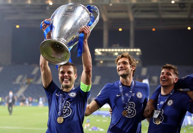 29 May 2021, Portugal, Porto: Chelsea's Cesar Azpilicueta lifts the Trophy after wining the UEFA Champions League final soccer match against Manchester City at the Estadio do Dragao. Photo: Nick Potts/PA Wire/dpa