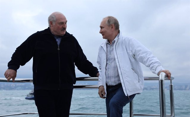 HANDOUT - 29 May 2021, Russia, Sochi: Russian President Vladimir Putin (R) speaks with Belarusian President Alexander Lukashenko during their informal meeting in Sochi as they take a boat trip off the Black Sea coast. Photo: -/Kremlin/dpa - ATTENTION: edi