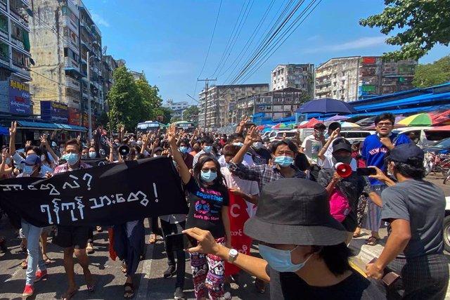 Protestan en Yangún contra la junta militar a principios de mayo