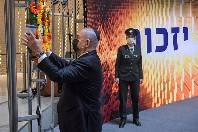 """Archivo - HANDOUT - 14 April 2021, Israel, Jerusalem: Israeli Prime Minister Benjamin Netanyahu lays a wreath during an official ceremony at Mount Herzl military cemetery, marking Israel's Memorial Day """"Yom Hazikaron"""", to commemorate Israel's fallen servi"""
