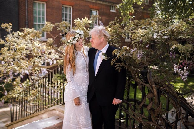 HANDOUT - 29 May 2021, United Kingdom, London: UK Prime Minister Boris Johnson (R) and Carrie Johnson in the garden of 10 Downing Street after their wedding. Photo: Rebecca Fulton/Downing Street via PA Media/dpa - ATTENTION: editorial use only and only if