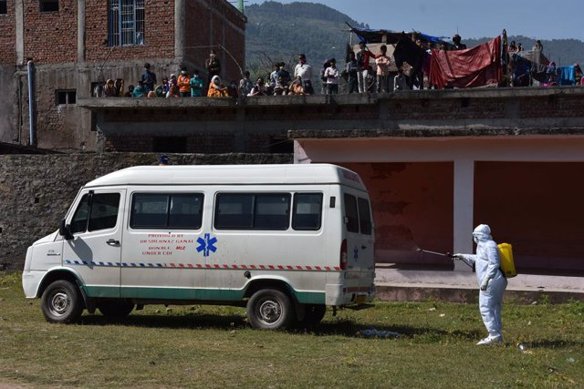 01 May 2021, India, Poonch: A health worker sanitizes an ambulance in the Mendhar area of Poonch of Jammu and Kashmir. Photo: Nazim Ali Khan/ZUMA Wire/dpa