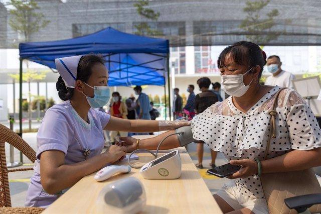 Archivo - Tratamiento preventivo en el Hospital Jingcheng en la ciudad de Ruili ante el repunte de casos de coronavirus