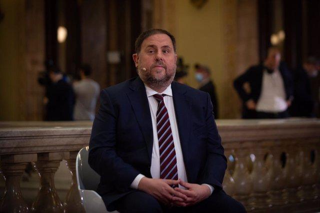 El líder de ERC, Oriol Junqueras, durante una entrevista en directo para TV3, antes de celebrarse la moción de investidura del candidato de ERC a la Presidencia de la Generalitat, en el Parlament de C