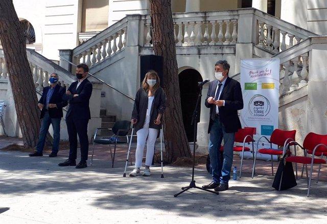 L'advocat de l'Associació 11-M Antonio García al costat del regidor de Drets de Ciutadania i Participació de Barcelona, Marc Serra, i la presidenta d'Uavat, Sara Bosch