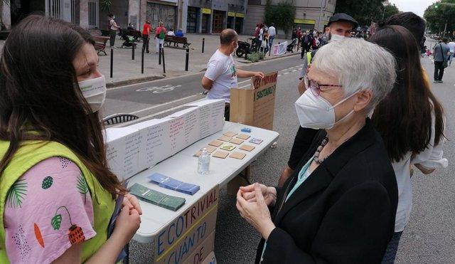 Activistes tallen el carrer Aragó per protestar per la contaminació